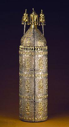 Coffre_et_rouleau_de_Torah_ayant_appartenu_à_Abraham_de_Camondo_chef_de_la_communauté_juive_de_Constantinople_1860_-_Musée_d'Art_et_d'Histoire_du_Judaïsme